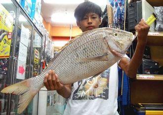 本部海岸で72センチ、5.1キロのタマンを釣った崎山喜登さん=2日