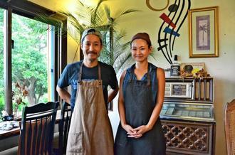 店主の池尻真哉さん(左)と妻の実咲さん。店内は2人のこだわりにあふれている=北中城村和仁屋