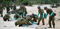 宮古島に「廃油ボール」漂着 自衛隊に災害派遣を要請 県職員らと回収作業