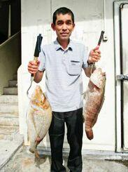 中城海岸で63.5センチ、3.5キロのタマンと56.5センチ、2.2キロのミーバイを釣った牧志栄さん=10月30日