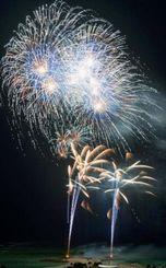 夏の夜空を彩る花火=16日午後8時43分、本部町・海洋博公園(下地広也撮影)