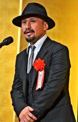 受賞スピーチをする真藤順丈さん=日、東京都内のホテル