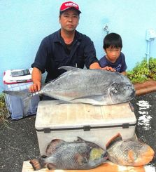 本部海岸で106センチ、14キロのガーラを釣った古謝茂さん(左)と泰千君=10日