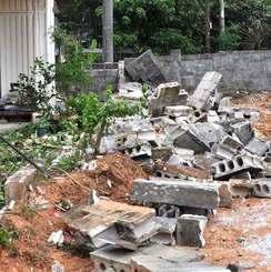 女性がブロック塀に挟まれた事故現場=10日午後3時2分、宜野湾市