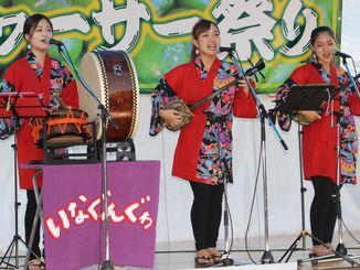 熱唱する(左から)島袋佑さん、玉城愛美さん、宮里愛菜さん=9月30日、本部町大浜のアジマーもとぶ