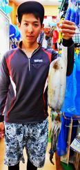 久高島で1・23キロのシルイチャーを釣った新垣翔平さん=1月29日