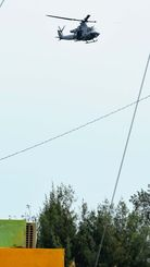 (資料写真)ホバリングや旋回を繰り返す米軍ヘリ=3月8日午後、宜野座村城原区と金武町中川区の境界付近