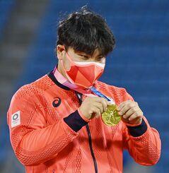 表彰式で金メダルを手にする平良=横浜スタジアム