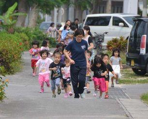 津波注意報が発令され、走って避難する保育園児=20日午前11時すぎ、石垣市新川