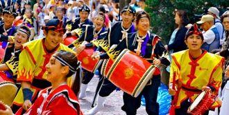「はいさいFESTA」で創作エイサーを披露する昇龍祭太鼓のメンバーら=3日、川崎市のラチッタデッラ