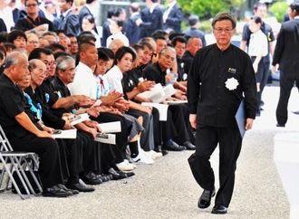 参列者の拍手を受け、平和宣言のため壇上に向かう翁長雄志知事=23日午後0時20分ごろ、糸満市摩文仁・平和祈念公園