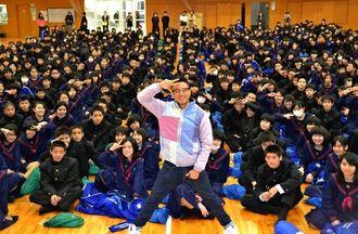 生徒と一緒に笑顔をみせるI-VAN(アイバン)さん(中央)=21日、仲西中