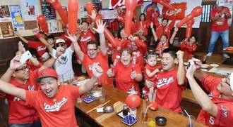広島の2年連続リーグ優勝を喜ぶファン=18日午後、沖縄市・居酒屋島ごはん(金城健太撮影)