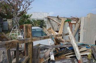 倒壊した倉庫とみられる木造屋=29日午前10時半すぎ、与那国町(石垣海上保安部提供)