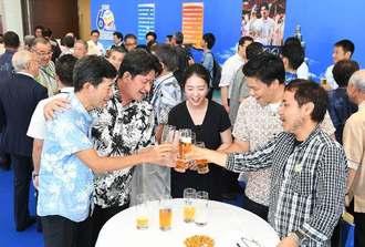 オリオンビール60周年イベントでビールを手に盛り上がる来場者=11日午後、那覇市久茂地・タイムスビル