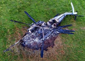 牧草地で炎上し、大破した大型輸送ヘリCH53E=10月12日午後、東村高江(小型無人機から)