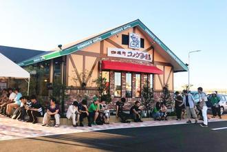開店前に行列ができたコメダ珈琲店の沖縄糸満店=6日、糸満市兼城