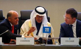 6日、石油輸出国機構(OPEC)加盟国とロシアなど非加盟国の会合で協議する閣僚ら=ウィーン(ロイター=共同)