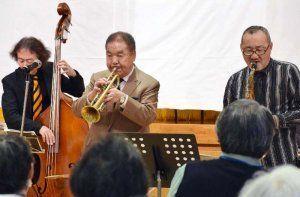 ジャズの名曲を演奏する村田浩さん(中央)らバンド。入所者や園外の人など約100人が楽しんだ=12日、沖縄愛楽園公会堂