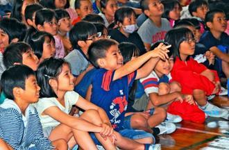 MASAさんのパフォーマンスに歓声を上げる子どもたち=28日、那覇市・金城小学校