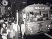 右側通行最後の1978年7月29日夜に走ったバス。この後、午後10時から変更作業に入り、翌30日午前5時ごろには作業が完了した=那覇市内