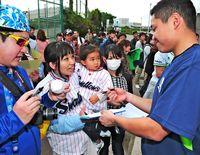 阪神、ヤクルト、中日、日ハム…沖縄でスター選手へ熱い声援 キャンプスタート