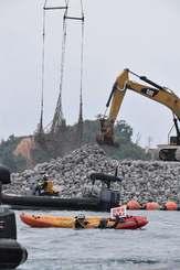 市民が抗議する中、砕石が投下される新基地工事現場=8日、名護市・大浦湾