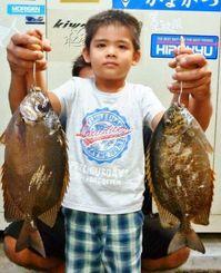 泡瀬海岸でお父さんと一緒に40.5センチのカーエーなどを釣った西平りょうや君=5月4日
