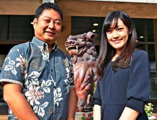 ANAグループから出向で沖縄市観光振興課に配属された佐藤隆志さん(左)と客室乗務員の坂口美香さん=13日、沖縄市役所