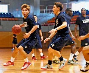 2015~16シーズンに向け練習する岸本隆一(左)らキングスの選手=沖縄市体育館