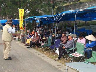253日目の座り込みに参加する人たち=16日午前、名護市辺野古の米軍キャンプ・シュワブゲート前