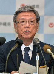 係争委の判断を不服とし、提訴の決定について会見する翁長雄志知事=19日午後、県庁