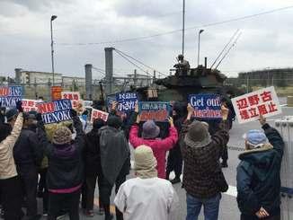 キャンプ・シュワブゲート前で新基地建設に反対の声を上げる市民ら=14日午前、名護市・辺野古