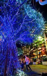 色とりどりの電飾が街を照らし出す「くもじイルミネーション」=21日、那覇市久茂地(田嶋正雄撮影)