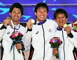 金メダルを手にする日本Aの(左から)和田翔吾、佐々木智之、安里秀策=韓国・安養(共同)