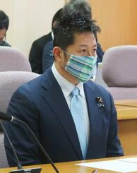 三重県議会の代表者会議で、男性カップルの氏名と住所を無断でブログに公開した問題の経緯を説明する小林貴虎県議=21日午前、県議会議事堂