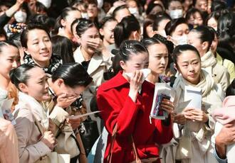 宝塚音楽学校の合格発表を見る受験生ら=29日午前、兵庫県宝塚市
