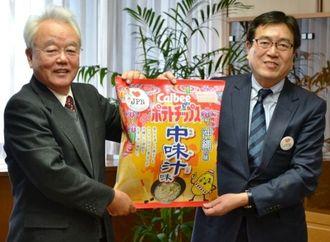 富川盛武副知事(左)に「ポテトチップス中味汁味」の発売を報告したカルビーの伊藤秀二社長=県庁