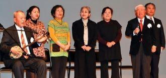 とぅばらーまを歌い、八重山語の魅力を伝える。本安意さん(左)ら石垣市文化協会のメンバー=東京都・八丈島