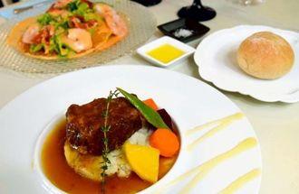 「もち豚のプレゼ」(手前)と「シュリンプ&グリーンベジタブル」。こだわりのソースが食材の味を引き立てる