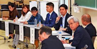県民投票について、県議会各会派の代表(手前)と意見を交わす大学生や若者ら=9日、宜野湾市・沖縄国際大学(古謝克公撮影)
