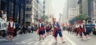 独立記念日のパレードでエイサーを披露する沖縄県人会=1992年、ニューヨーク市内