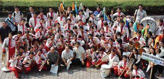 グッドパレード賞と講評者特別賞の受賞を喜ぶ西原高校吹奏楽部のメンバーら=29日、茨城県ひたちなか市のひたちなか市総合運動公園