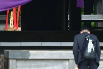 靖国神社の春季例大祭に合わせて「内閣総理大臣 安倍晋三」名で奉納された「真榊」(左上)=21日午前、東京・九段北
