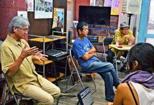 70年代の沖縄フォークを語る(左から)黒川さん、仲本さん、備瀬さん=13日、沖縄市一番街の沖縄市音楽資料館「おんがく村」