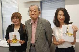 新崎盛暉平和活動奨励基金の交付式に出席した新崎盛暉さん(中央)=2017年6月