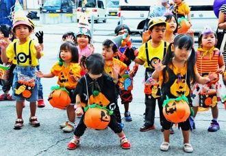 お菓子のお礼にダンスを披露する幼児ら=10月30日、豊見城市真玉橋