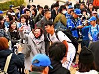 「松坂頑張れ~」「バレ100発頼むぞ」 プロ野球キャンプ始動、沖縄にファン続々