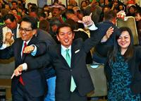 浦添市長選:逆境ばねに民意つかむ 松本さん「思いと愛情に応える」