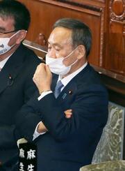 第203臨時国会が召集され、衆院本会議に臨む菅首相=26日午後
